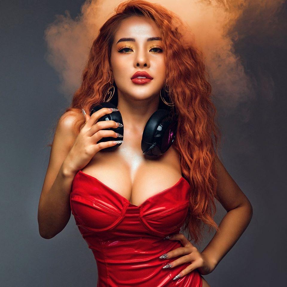 Bình thường đã chuộng phong cách hở hang, Ngân 98 càng sexy táo bạo khi chuyển sang làm DJ-6