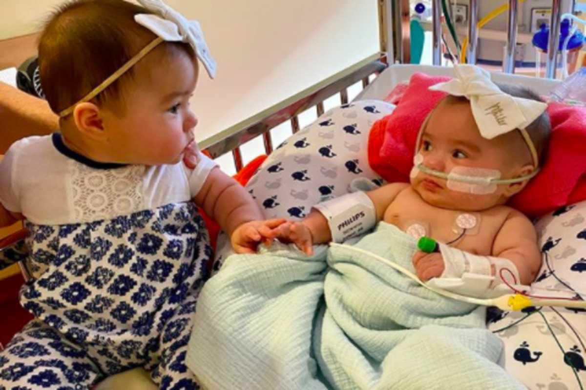 Lần đầu tiên gặp nhau sau 200 ngày xa cách, cặp chị em song sinh đã có hành động khiến nhiều người bất ngờ và xúc động - Ảnh 1.