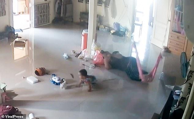 """Nằm xem điện thoại để con trai 1 tuổi bò trên sàn nhà, bà mẹ cứu con thoát khỏi """"Tử thần"""" trong tích tắc, cảnh hiện trường khiến ai cũng """"rụng tim"""" - Ảnh 3."""