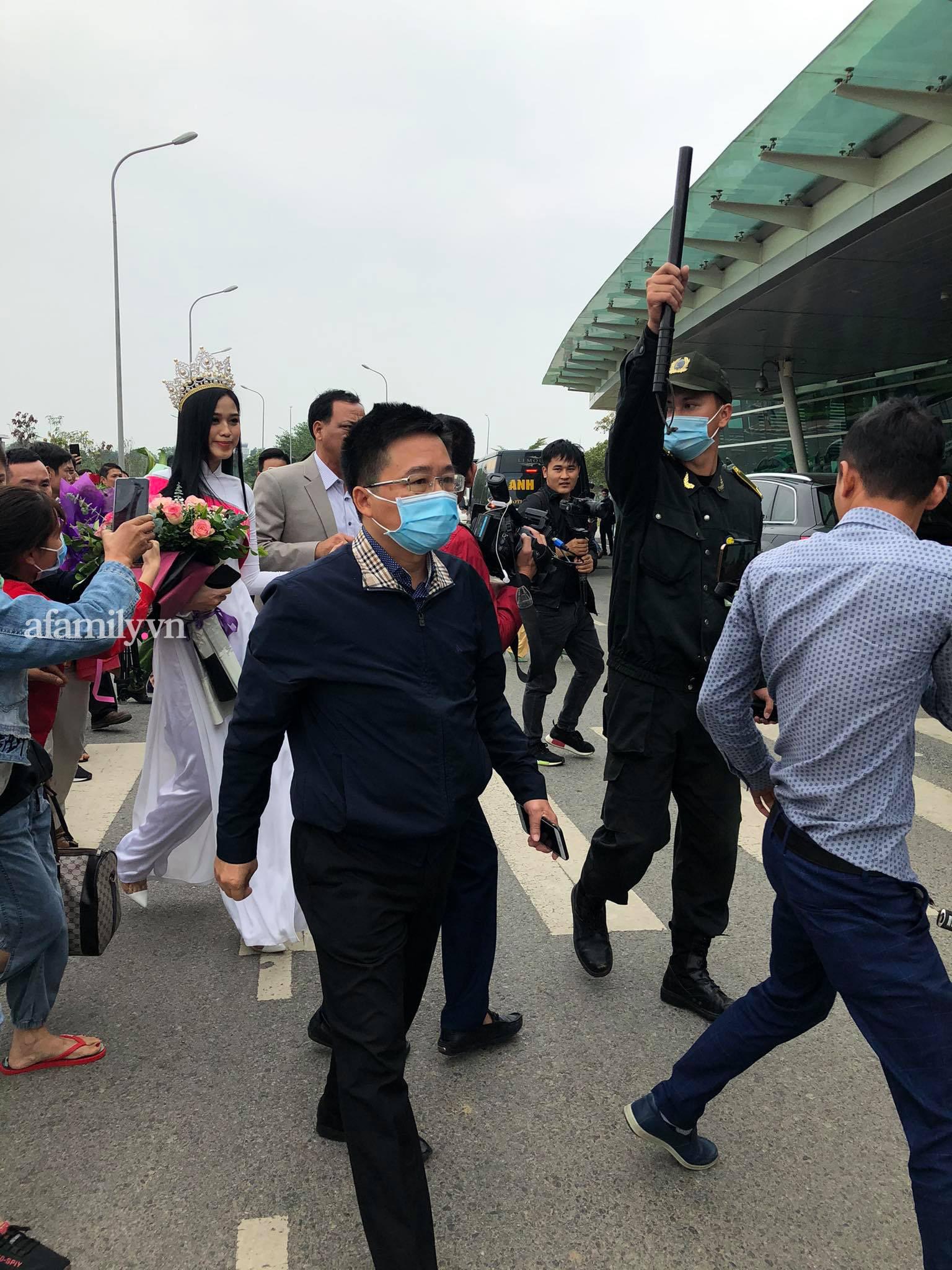 HOT: Tân Hoa hậu Việt Nam 2020 Đỗ Thị Hà xuất hiện tại sân bay Thanh Hóa trong vòng tay chào đón của gia đình và bạn bè - Ảnh 3.