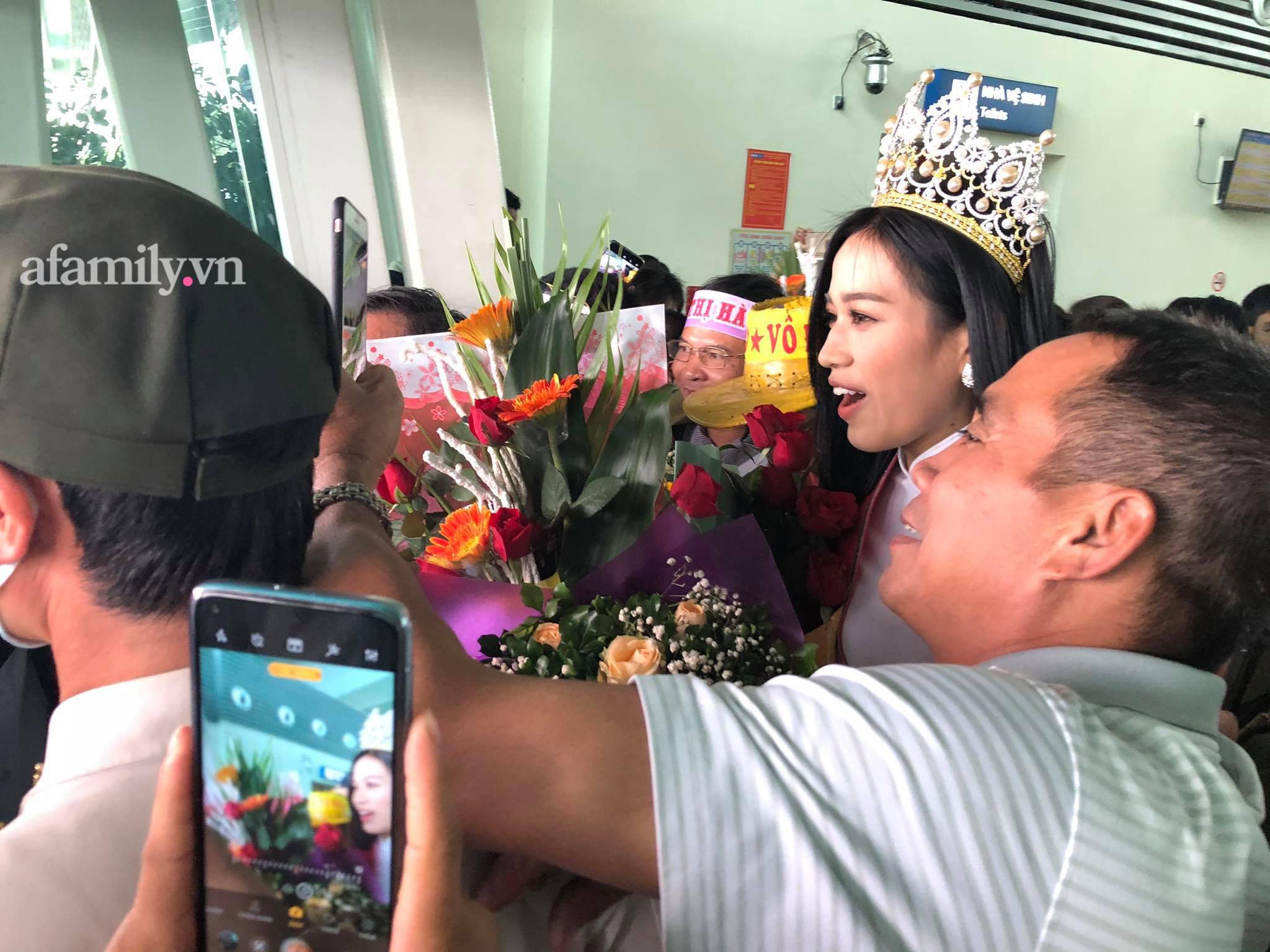 HOT: Tân Hoa hậu Việt Nam 2020 Đỗ Thị Hà xuất hiện tại sân bay Thanh Hóa trong vòng tay chào đón của gia đình và bạn bè - Ảnh 2.