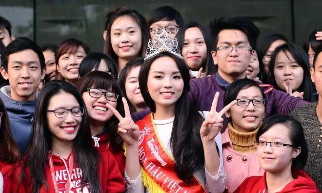 Chùm ảnh hoa hậu về thăm trường: Đỗ Thị Hà nhận cơn mưa chê trách nhưng Kỳ Duyên mới là tâm điểm vì tặng hoa cho người không ngờ - Ảnh 20.