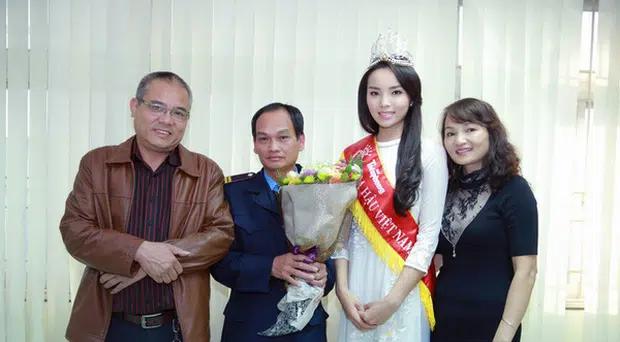 Chùm ảnh hoa hậu về thăm trường: Đỗ Thị Hà nhận cơn mưa chê trách nhưng Kỳ Duyên mới là tâm điểm vì tặng hoa cho người không ngờ - Ảnh 21.