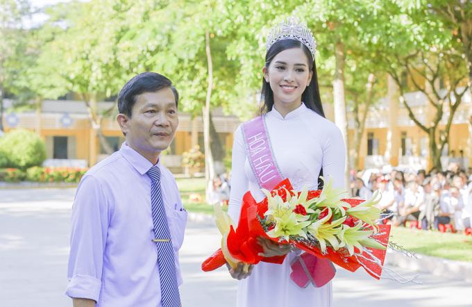 Chùm ảnh hoa hậu về thăm trường: Đỗ Thị Hà nhận cơn mưa chê trách nhưng Kỳ Duyên mới là tâm điểm vì tặng hoa cho người không ngờ - Ảnh 3.