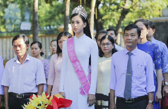 Chùm ảnh hoa hậu về thăm trường: Đỗ Thị Hà nhận cơn mưa chê trách nhưng Kỳ Duyên mới là tâm điểm vì tặng hoa cho người không ngờ - Ảnh 5.