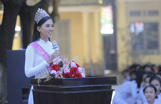 Chùm ảnh hoa hậu về thăm trường: Đỗ Thị Hà nhận cơn mưa chê trách nhưng Kỳ Duyên mới là tâm điểm vì tặng hoa cho người không ngờ - Ảnh 6.
