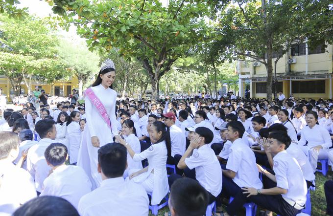Chùm ảnh hoa hậu về thăm trường: Đỗ Thị Hà nhận cơn mưa chê trách nhưng Kỳ Duyên mới là tâm điểm vì tặng hoa cho người không ngờ - Ảnh 7.