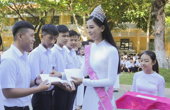 Chùm ảnh hoa hậu về thăm trường: Đỗ Thị Hà nhận cơn mưa chê trách nhưng Kỳ Duyên mới là tâm điểm vì tặng hoa cho người không ngờ - Ảnh 8.