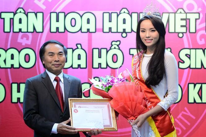 Chùm ảnh hoa hậu về thăm trường: Đỗ Thị Hà nhận cơn mưa chê trách nhưng Kỳ Duyên mới là tâm điểm vì tặng hoa cho người không ngờ - Ảnh 17.