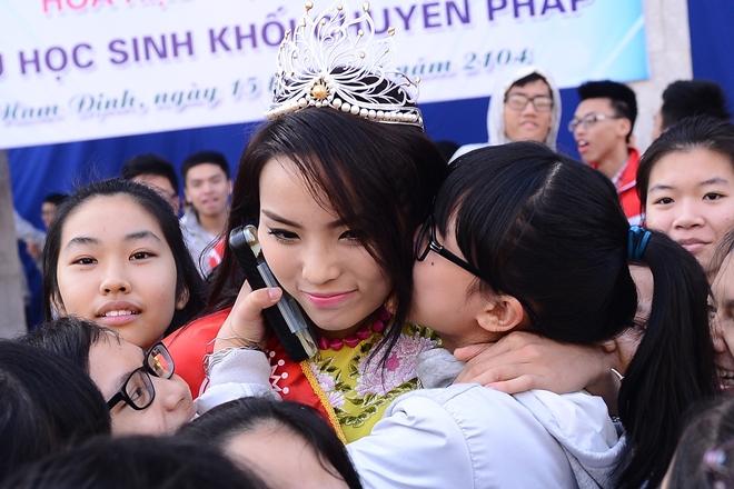 Chùm ảnh hoa hậu về thăm trường: Đỗ Thị Hà nhận cơn mưa chê trách nhưng Kỳ Duyên mới là tâm điểm vì tặng hoa cho người không ngờ - Ảnh 14.