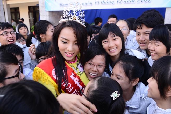 Chùm ảnh hoa hậu về thăm trường: Đỗ Thị Hà nhận cơn mưa chê trách nhưng Kỳ Duyên mới là tâm điểm vì tặng hoa cho người không ngờ - Ảnh 15.