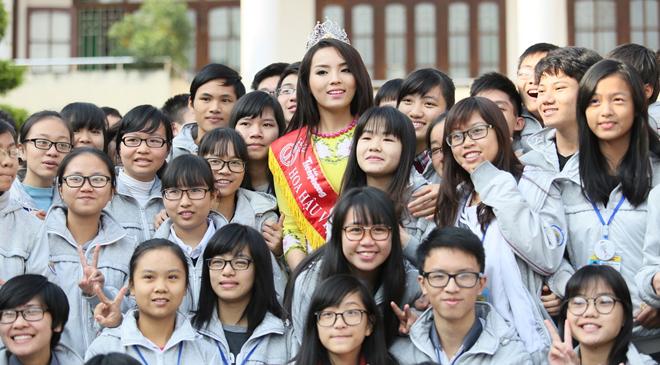 Chùm ảnh hoa hậu về thăm trường: Đỗ Thị Hà nhận cơn mưa chê trách nhưng Kỳ Duyên mới là tâm điểm vì tặng hoa cho người không ngờ - Ảnh 16.