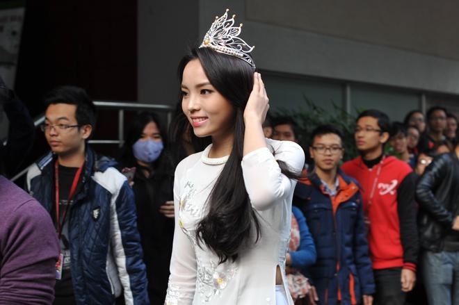 Chùm ảnh hoa hậu về thăm trường: Đỗ Thị Hà nhận cơn mưa chê trách nhưng Kỳ Duyên mới là tâm điểm vì tặng hoa cho người không ngờ - Ảnh 19.
