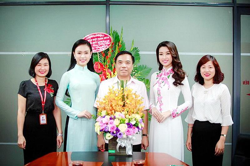 Chùm ảnh hoa hậu về thăm trường: Đỗ Thị Hà nhận cơn mưa chê trách nhưng Kỳ Duyên mới là tâm điểm vì tặng hoa cho người không ngờ - Ảnh 10.