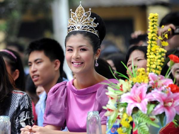 Chùm ảnh hoa hậu về thăm trường: Đỗ Thị Hà nhận cơn mưa chê trách nhưng Kỳ Duyên mới là tâm điểm vì tặng hoa cho người không ngờ - Ảnh 24.