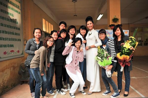 Chùm ảnh hoa hậu về thăm trường: Đỗ Thị Hà nhận cơn mưa chê trách nhưng Kỳ Duyên mới là tâm điểm vì tặng hoa cho người không ngờ - Ảnh 26.
