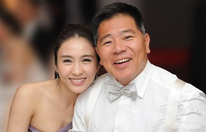 Biểu tượng sắc đẹp Hồng Kông lấy tỷ phú thọt, xấu trai: Từ bị chỉ trích ham tiền đến được ca ngợi giỏi dạy con nhờ 1 hành động ở nhà hàng - Ảnh 2.