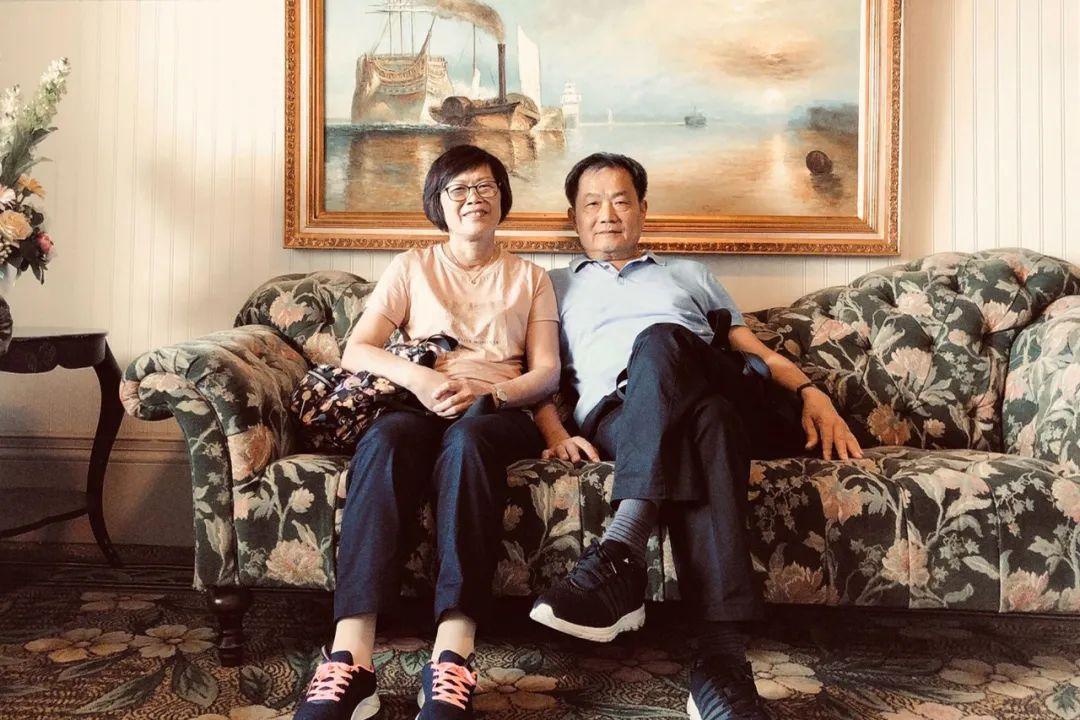 Tình yêu cổ tích: Người đàn ông 65 tuổi tặng vợ biệt thự màu hồng mộng mơ nhân dịp 40 năm ngày cưới - Ảnh 1.