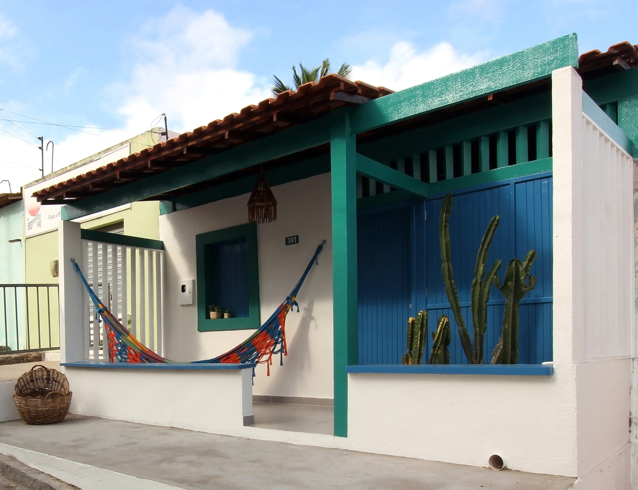 Cải tạo căn nhà cấp 4 hoang tàn cũ nát thành không gian màu xanh biển ấm cúng với ánh sáng tự nhiên ngập tràn - Ảnh 3.