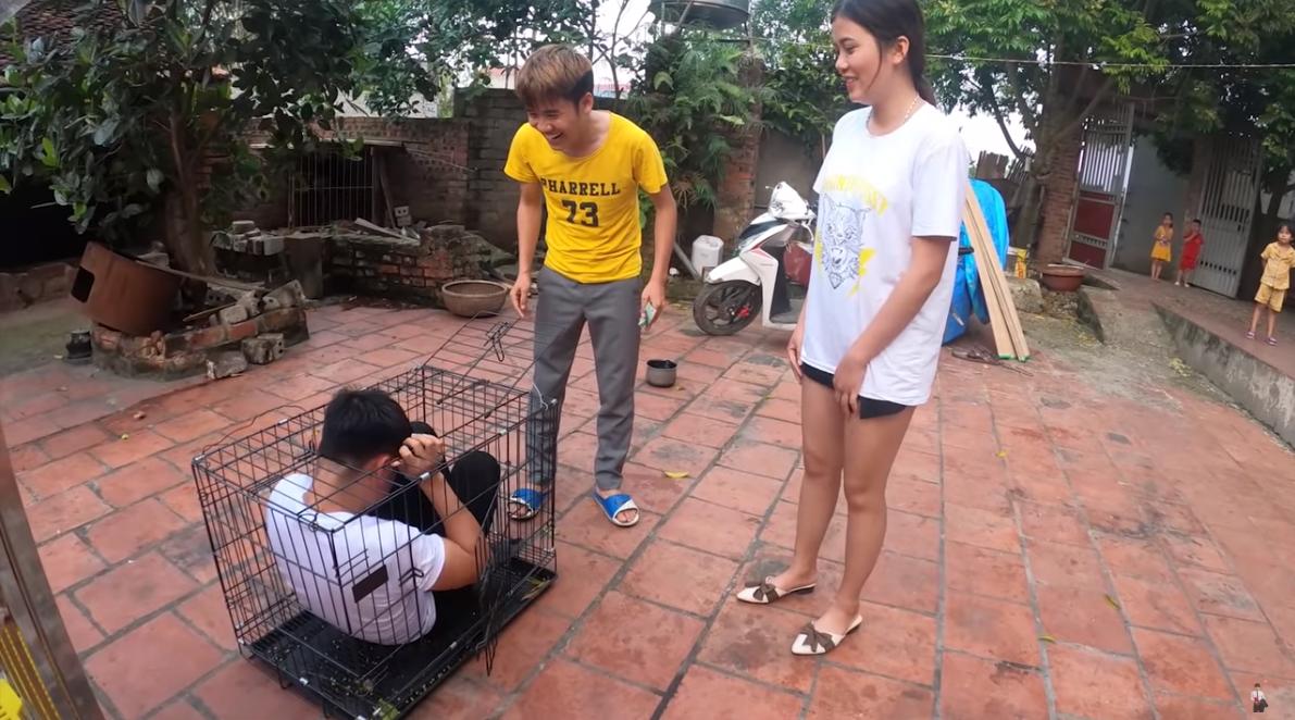 Con trai Bà Tân Vlog gây tranh cãi dữ dội khi nhốt em gái vào chuồng chó để trả thù - Ảnh 3.