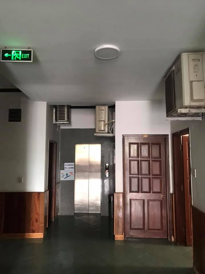 Hết hồn với màn lắp đặt điều hòa của 1 khách sạn 3 sao, chỉ nhìn thôi cũng thấy vã mồ hôi hột - Ảnh 2.