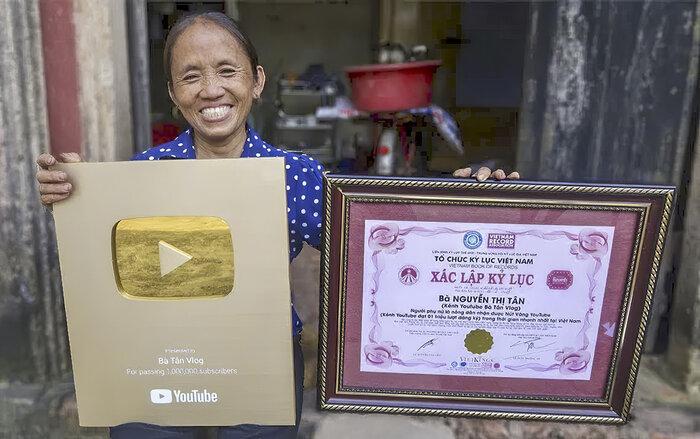 Kênh Bà Tân Vlog đạt 4 triệu follow trên YouTube sau hơn 1 năm ra mắt, ai cũng choáng khi nhìn lại loạt thành tích