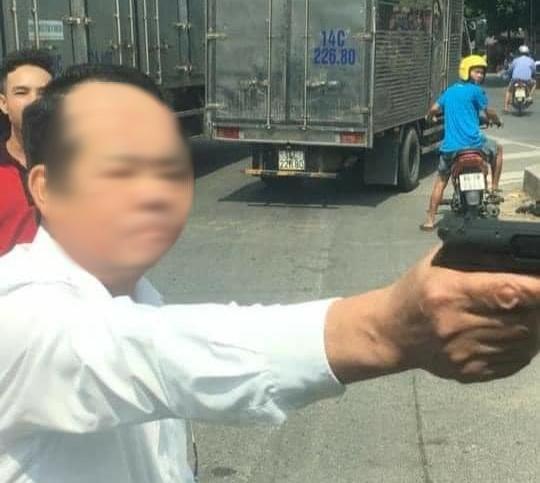 Bắc Ninh: Công an vào cuộc xác minh người đàn ông khi tham gia giao thông rút súng doạ bắn 'vỡ sọ' người đi đường - Ảnh 1.