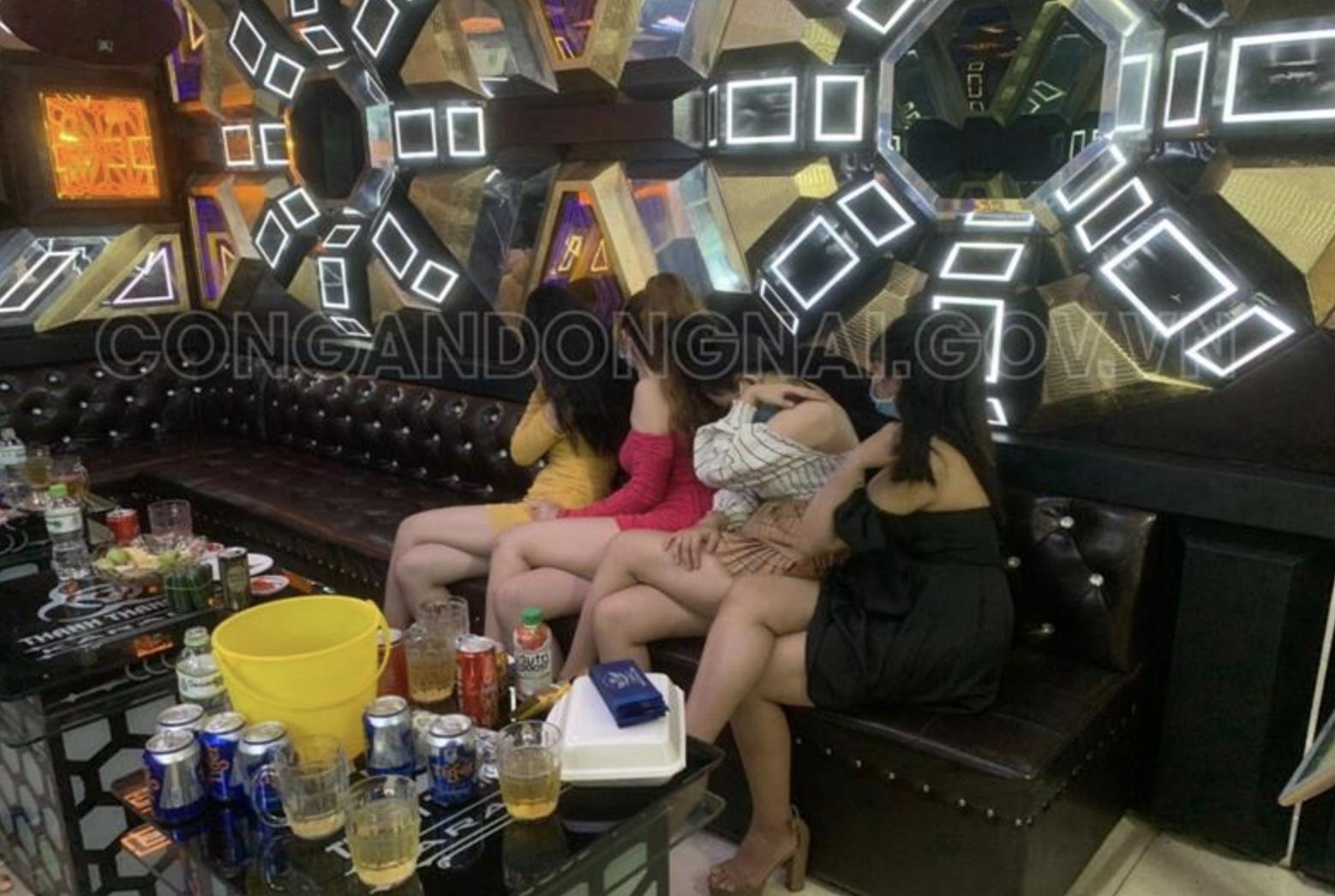 """Bắt quả tang 4 nữ tiếp viên múa thoát y phục vụ khách trong quán karaoke để nhận tiền """"boa"""" 800 ngàn đồng - Ảnh 1."""