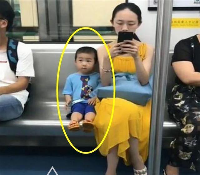 Hai mẹ con trên tàu điện ngầm ban đầu khiến bao nhiêu hành khách chụp lén, ai cũng trầm trồ người mẹ biết dạy con vì chi tiết này - Ảnh 1.