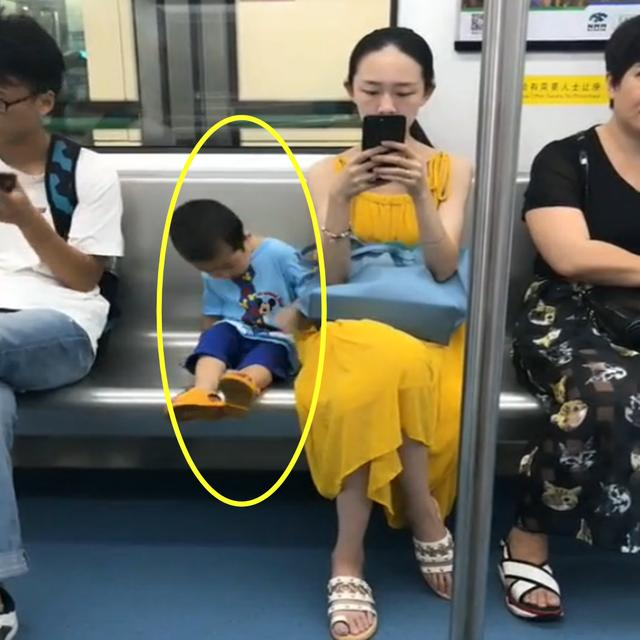 Hai mẹ con trên tàu điện ngầm ban đầu khiến bao nhiêu hành khách chụp lén, ai cũng trầm trồ người mẹ biết dạy con vì chi tiết này - Ảnh 2.