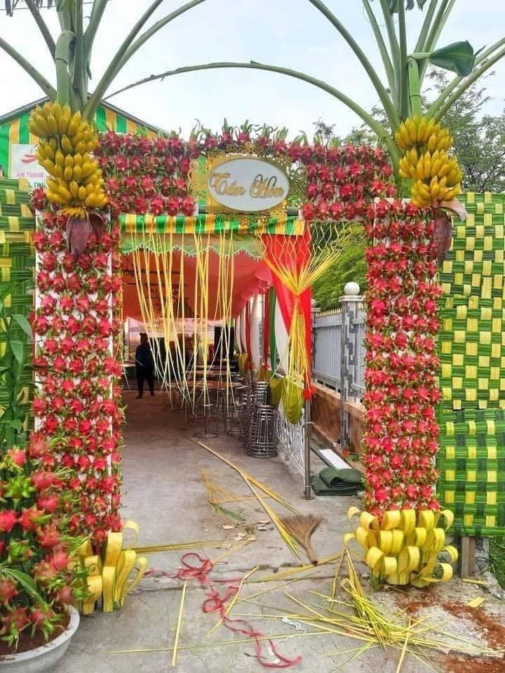 Dân mạng cười bò với chiếc cổng cưới được làm từ quả thanh long và... chuối, khách đến dự tiệc xong có thể tiện tay vặt một trái về nhà!? - Ảnh 1.