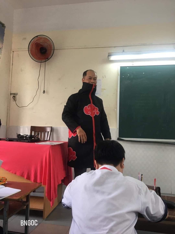 Thầy giáo mặc chiếc áo lạ vào lớp, chẳng nói câu gì mà cả lớp run bần bật: Phen này không học tử tế là xong đời! - Ảnh 2.
