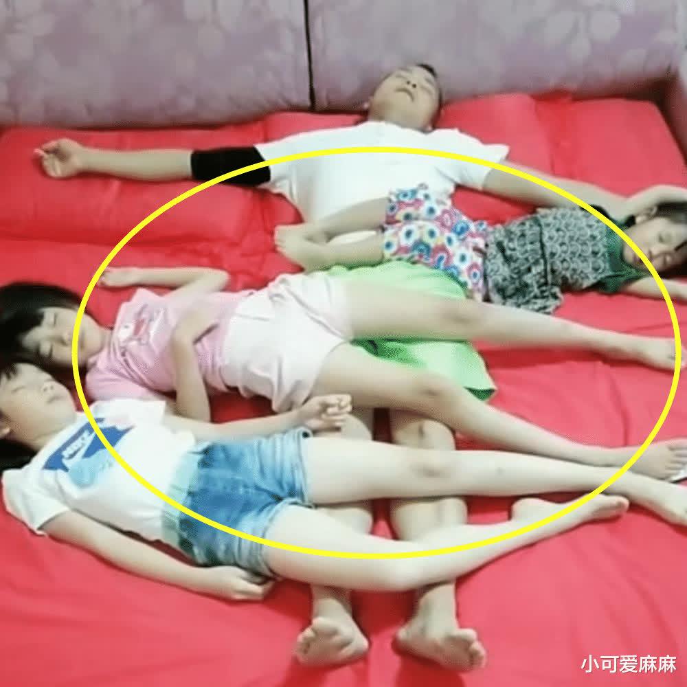 Bức ảnh bố và 3 con gái nằm ngủ trông rất đáng yêu nhưng nhận về tranh cãi vì 1 chi tiết, mẹ ngay lập tức tách phòng - Ảnh 1.