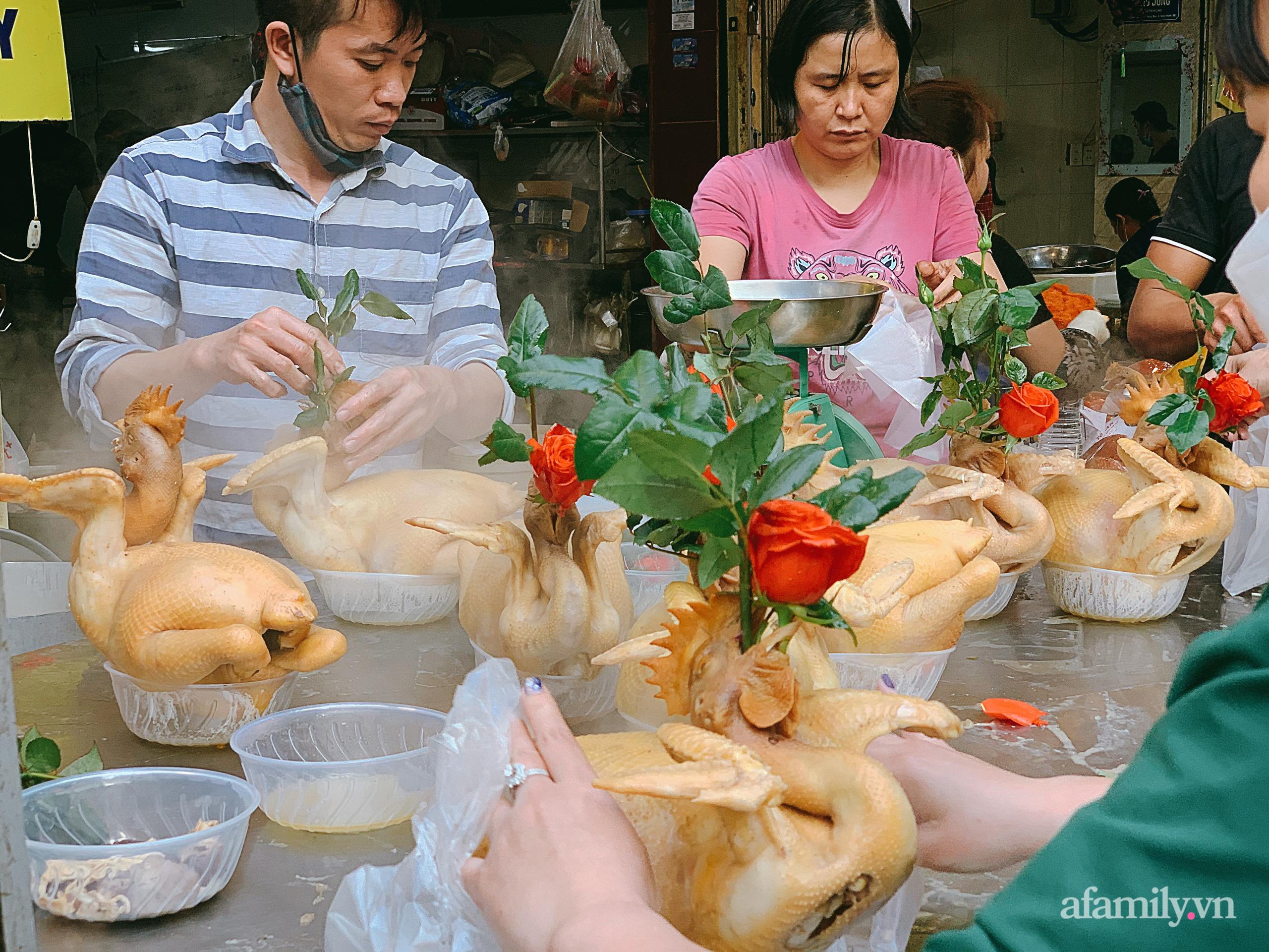 """30 Tết: Chợ Hàng Bè thất thủ, 1 triệu đồng/con gà bày mâm cỗ mà khách vẫn phải xếp hàng chờ """"dài cổ"""" - Ảnh 4."""