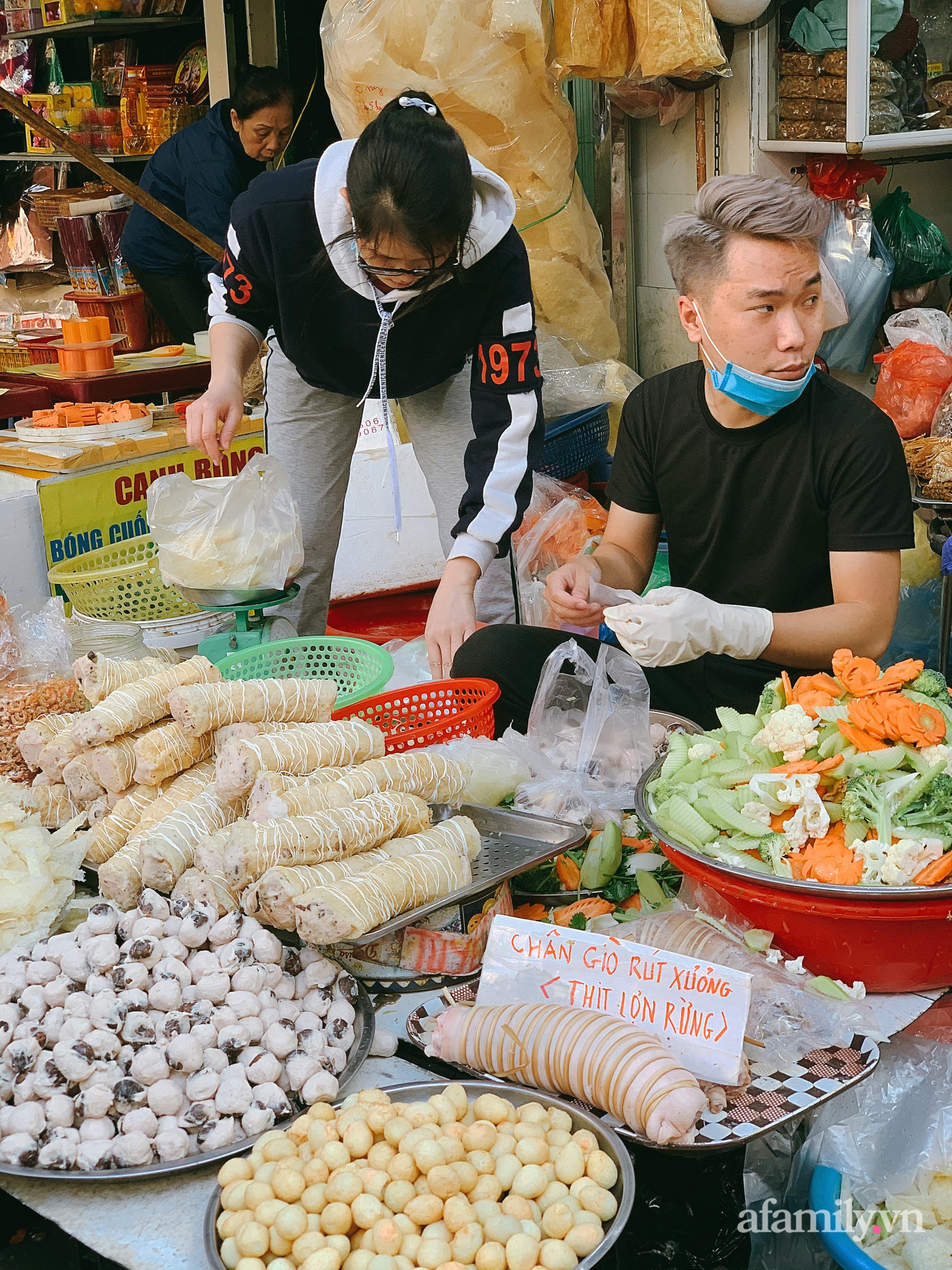 """30 Tết: Chợ Hàng Bè thất thủ, 1 triệu đồng/con gà bày mâm cỗ mà khách vẫn phải xếp hàng chờ """"dài cổ"""" - Ảnh 13."""
