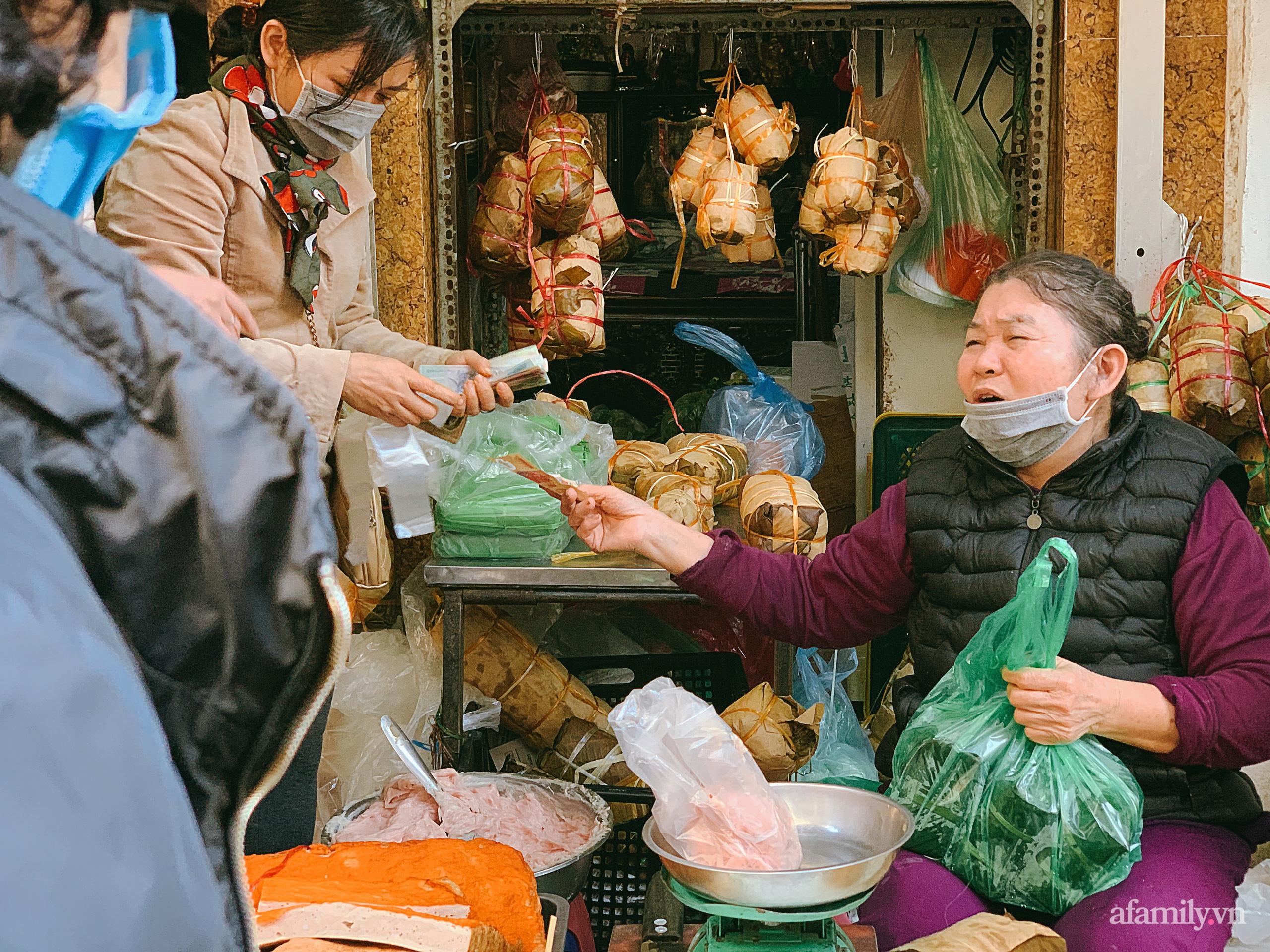 """30 Tết: Chợ Hàng Bè thất thủ, 1 triệu đồng/con gà bày mâm cỗ mà khách vẫn phải xếp hàng chờ """"dài cổ"""" - Ảnh 22."""