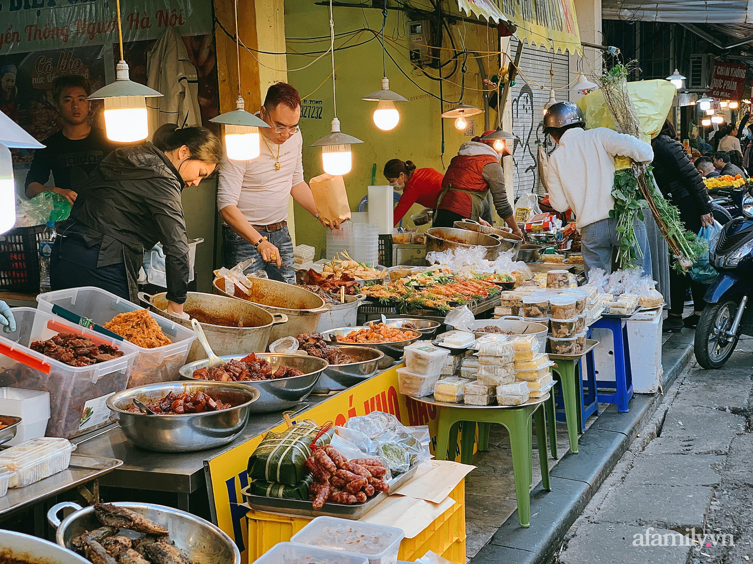 """30 Tết: Chợ Hàng Bè thất thủ, 1 triệu đồng/con gà bày mâm cỗ mà khách vẫn phải xếp hàng chờ """"dài cổ"""" - Ảnh 11."""