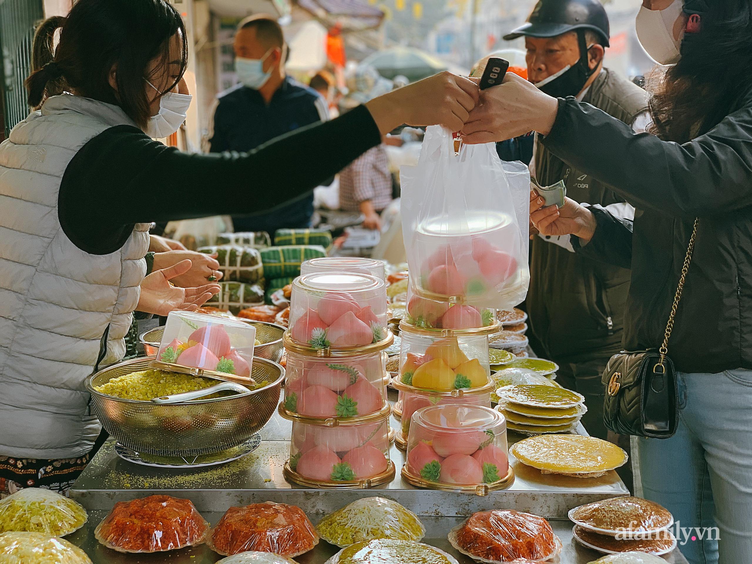 """30 Tết: Chợ Hàng Bè thất thủ, 1 triệu đồng/con gà bày mâm cỗ mà khách vẫn phải xếp hàng chờ """"dài cổ"""" - Ảnh 18."""