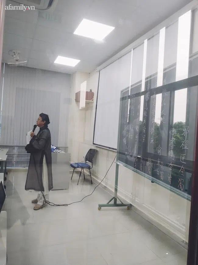 """Chỉ một bức ảnh chụp lén """"sương sương"""" nhưng các thầy cô giáo này ngay lập tức """"làm mưa làm gió"""" mạng xã hội, có gì mà dân tình sốt xình xịch đến thế? - Ảnh 1."""