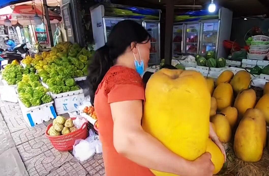 """Loại quả kỳ lạ gây sốt ở Sài Gòn với tên gọi """"trái kỳ đà"""", to gần bằng người ôm và có giá cả triệu đồng 1 quả - Ảnh 3."""