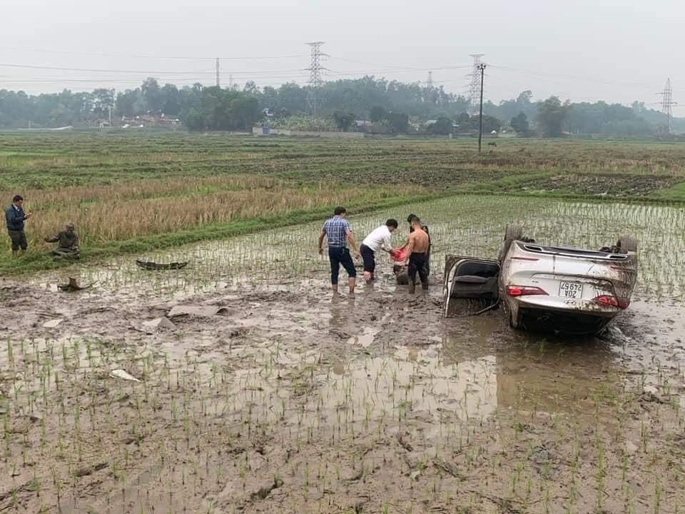 Ô tô cày nát thửa ruộng rồi lật ngửa, người đàn ông lấm lem nằm bệp dưới bùn và nguyên nhân phía sau khiến ai nấy tò mò - Ảnh 3.
