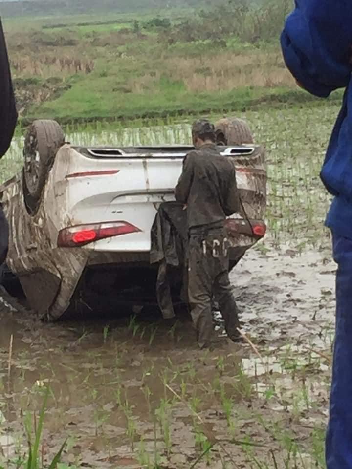 Ô tô cày nát thửa ruộng rồi lật ngửa, người đàn ông lấm lem nằm bệp dưới bùn và nguyên nhân phía sau khiến ai nấy tò mò - Ảnh 4.