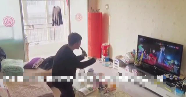 Mẹ lắp camera trong phòng khách giám sát mọi cử động, bất ngờ phát hiện ra tài năng của con mình - Ảnh 3.