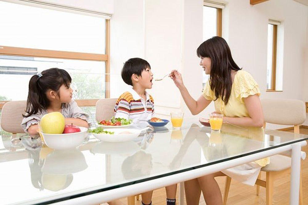 Hai mẹ con ngồi ăn ở khu dịch vụ, người qua đường chụp ảnh tung lên mạng, dân tình đồng loạt bày tỏ: Quá lo lắng cho tương lai của đứa trẻ - Ảnh 3.