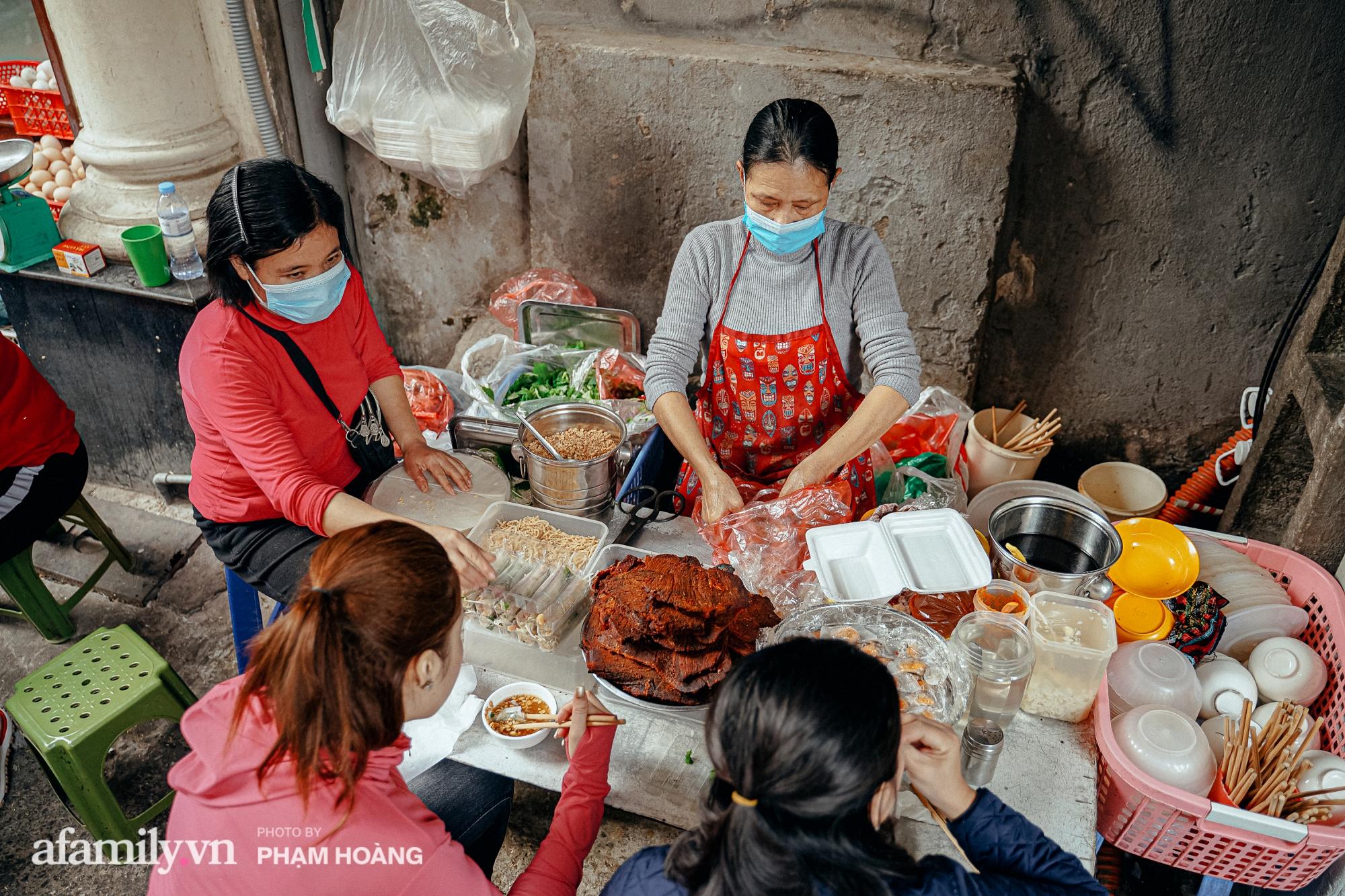 Ngày cuối năm bình yên trong ngõ chợ Thanh Hà - ngôi chợ lâu đời nhất phố cổ được giới nhà giàu chuộng mua vì toàn đồ chất lượng tươi ngon - Ảnh 2.