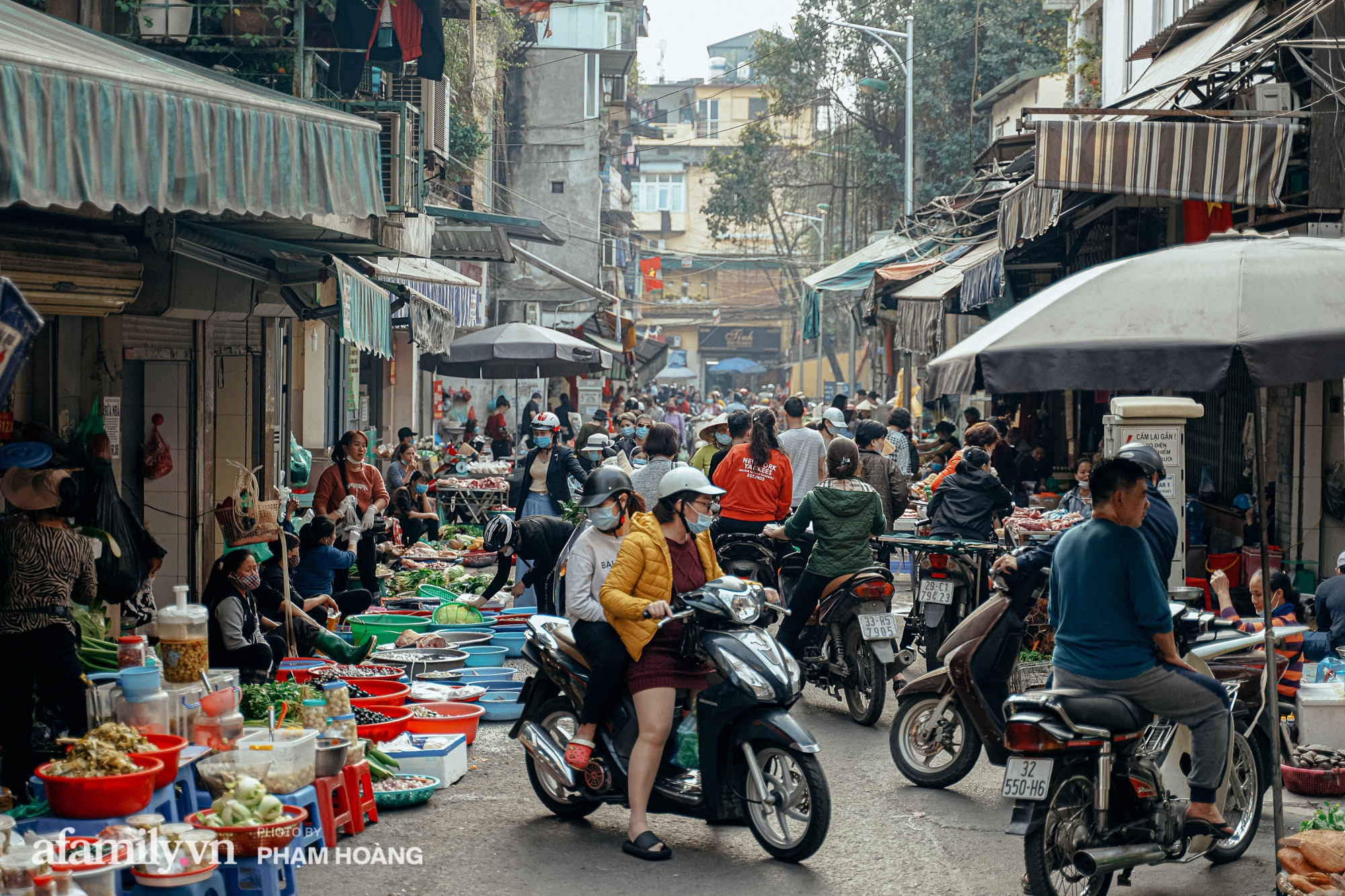 Ngày cuối năm bình yên trong ngõ chợ Thanh Hà - ngôi chợ lâu đời nhất phố cổ được giới nhà giàu chuộng mua vì toàn đồ chất lượng tươi ngon - Ảnh 4.