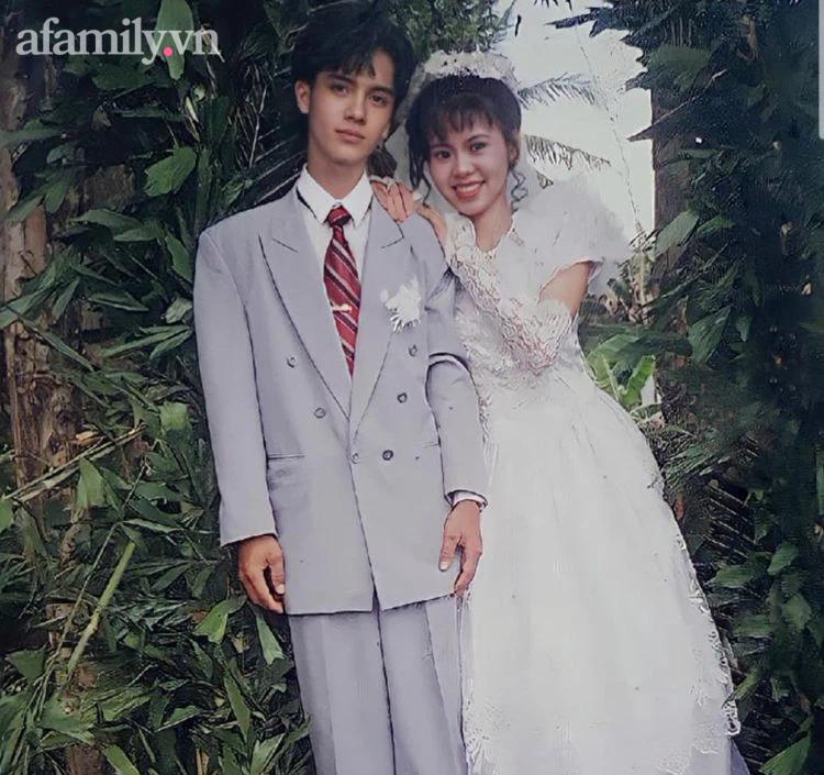 """Ảnh chú rể 24 năm trước đẹp trai như tài tử nhận 5,8 triệu lượt xem: Đi bán rau ở chợ, cô gái trẻ """"lọt mắt xanh"""" của bà bán hoa rồi thành công cưới ông chồng """"đẹp nhất xóm"""" - Ảnh 4."""