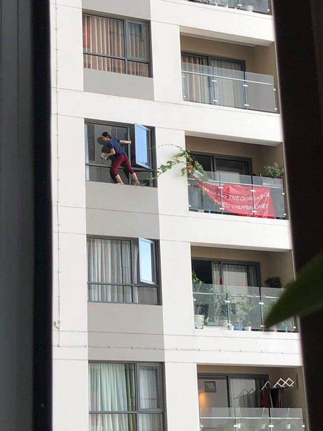 Kinh hoàng nhìn cảnh nữ giúp việc trèo hẳn ra ngoài cửa sổ chung cư cao tầng lau kính như... người Nhện - Ảnh 4.