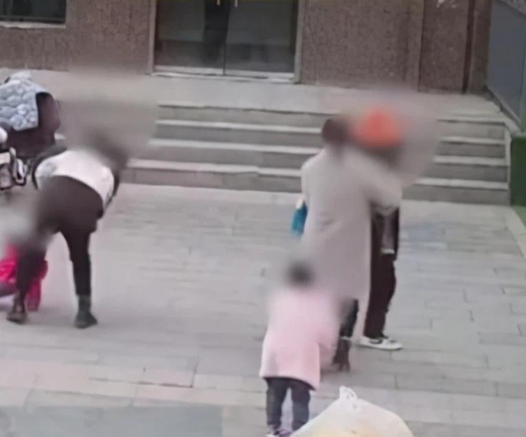 Hai bà mẹ lao vào đánh nhau ngay trường mẫu giáo, khi bị cảnh sát khống chế, một người thốt lên câu nói khiến ai nấy vô cùng sốc - Ảnh 2.