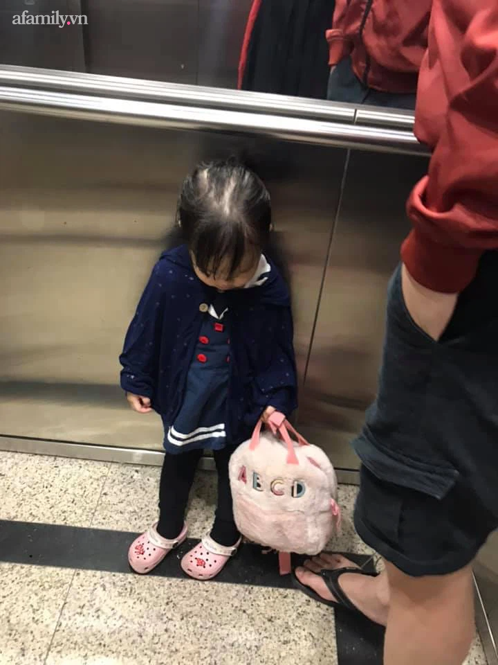 """Khóc lóc mãi mà vẫn bị mẹ """"ngó lơ"""", bé gái mang cả gối ra cửa thang máy nằm ăn vạ... cho đỡ mệt - Ảnh 4."""